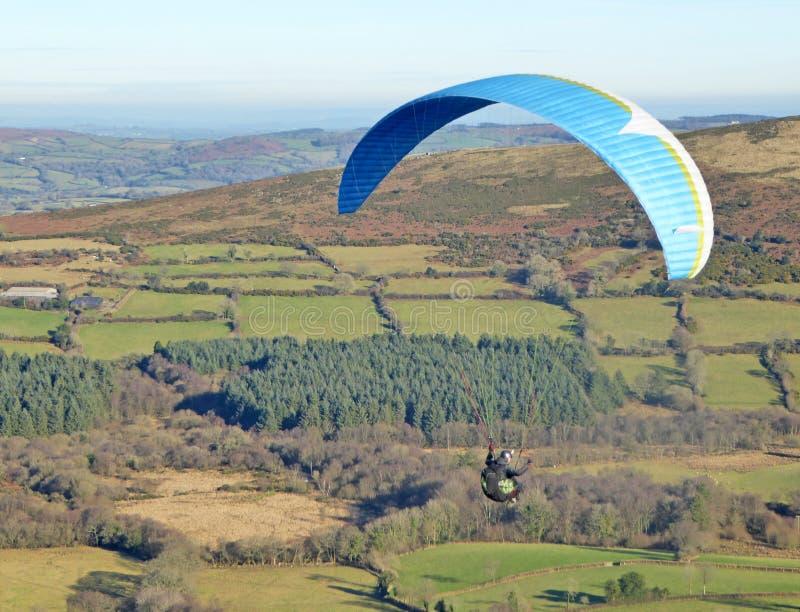 Vuelo del ala flexible sobre Dartmoor fotografía de archivo