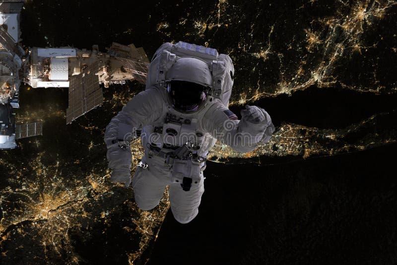 Vuelo del astronauta en espacio abierto sobre los E.E.U.U. durante noche, cerca de la tierra Imagen hecha de las fotos f de la NA imagenes de archivo