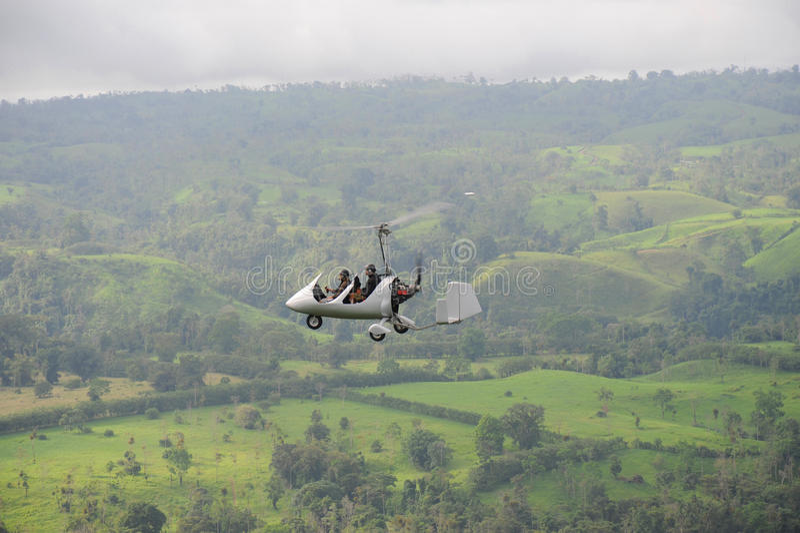 Vuelo del autogiro sobre el paisaje tropical fotos de archivo libres de regalías