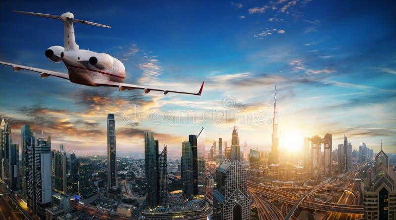 Vuelo del avión de reacción privada sobre la ciudad de Dubai fotografía de archivo