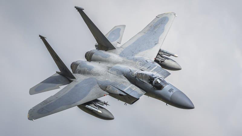 Vuelo del avi?n de combate del americano F15 imagenes de archivo