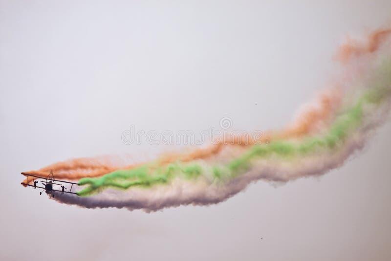 Vuelo del biplano en la aero- India imágenes de archivo libres de regalías