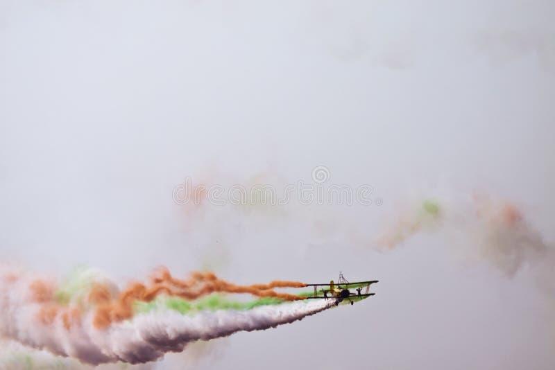Vuelo del biplano en la aero- India fotografía de archivo libre de regalías