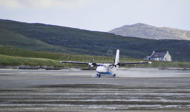 Vuelo del espray de un aterrizaje plano en Barra Airport fotos de archivo