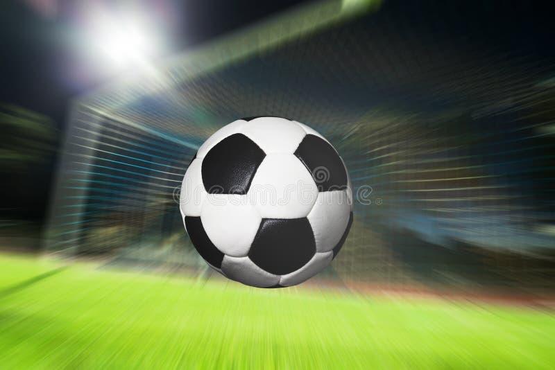 Vuelo del fútbol en meta imagen de archivo libre de regalías