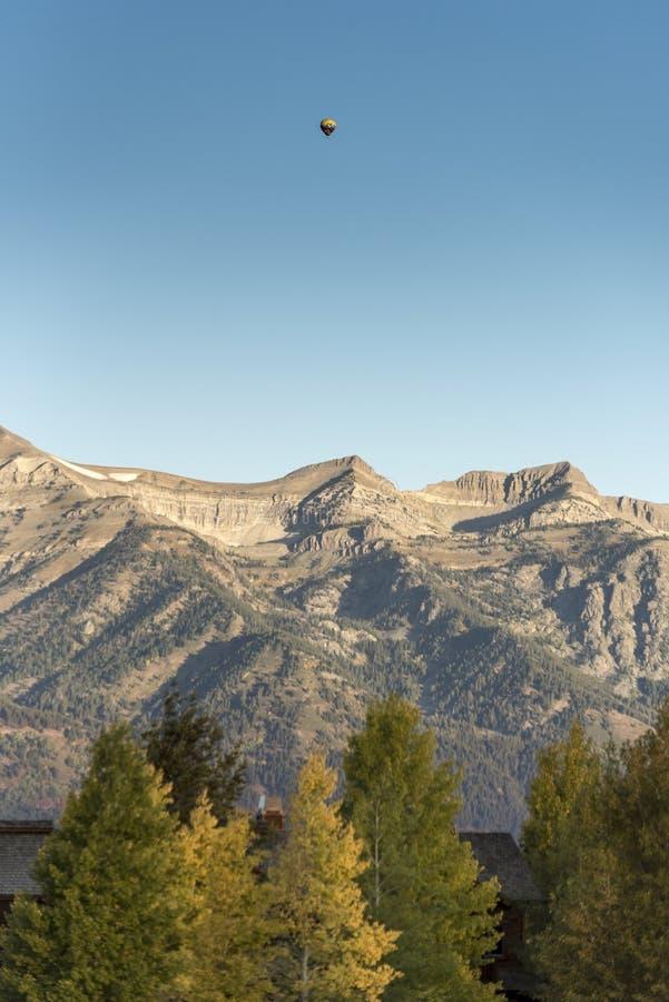 Vuelo del globo del amanecer sobre el Tetons magnífico del rancho Jackson de la cala de la primavera imagenes de archivo