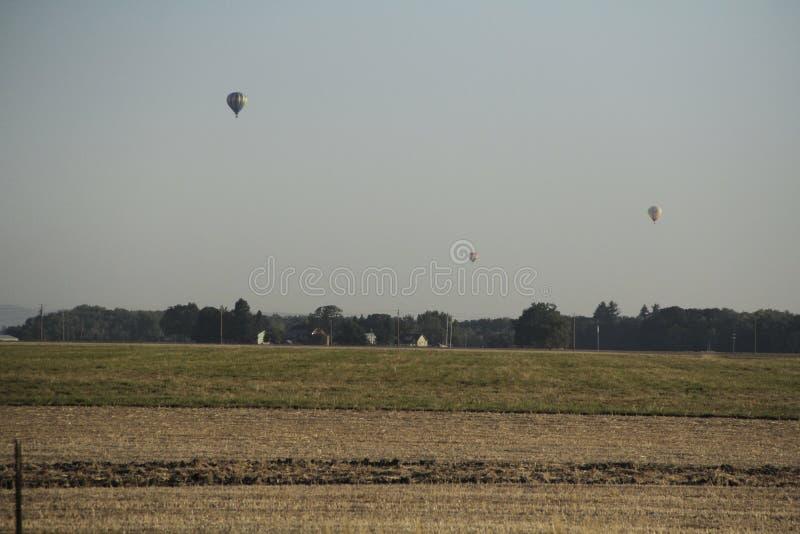 Vuelo del globo del aire caliente sobre granja fotografía de archivo libre de regalías