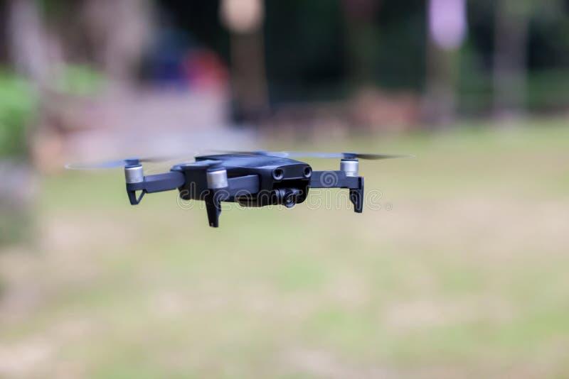 Vuelo del helicóptero del abejón con la cámara digital Abejón con la cámara digital de alta resolución La cámara del vuelo toma u fotografía de archivo libre de regalías
