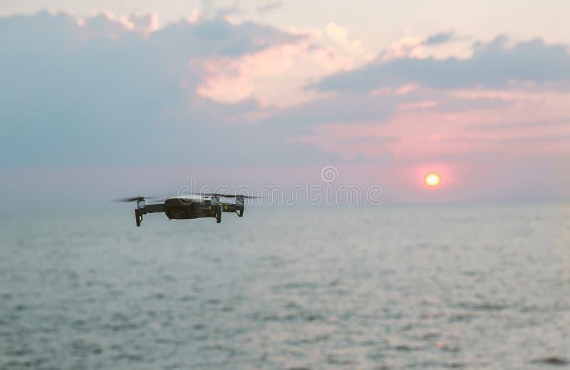 Vuelo del helicóptero del abejón con la cámara digital Abejón con la cámara digital de alta resolución La cámara del vuelo toma u imagenes de archivo