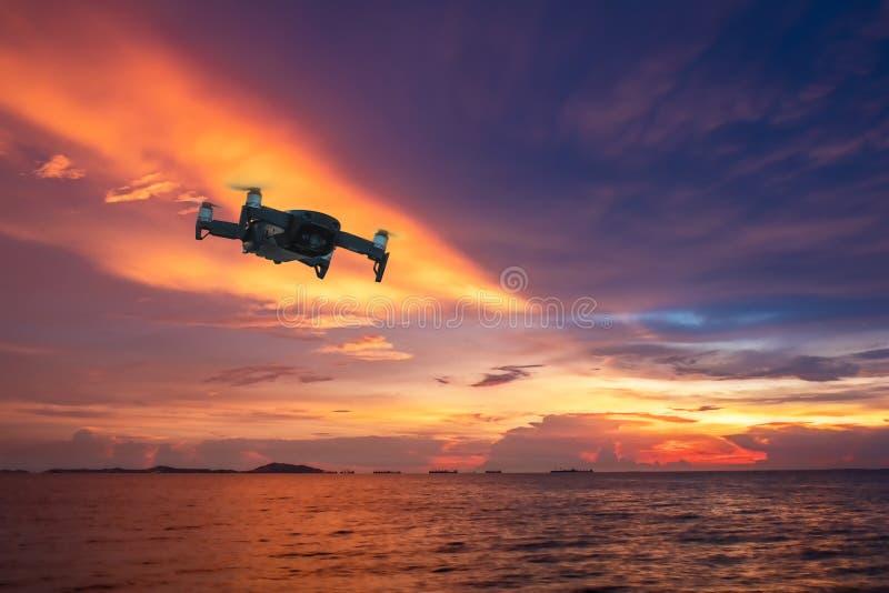 Vuelo del helicóptero del abejón con la cámara digital Abejón con la cámara digital de alta resolución La cámara del vuelo toma u foto de archivo