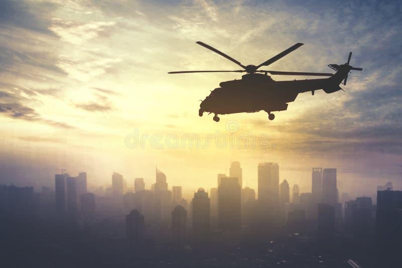 Vuelo del helicóptero del ejército en el tiempo de la salida del sol imagen de archivo libre de regalías