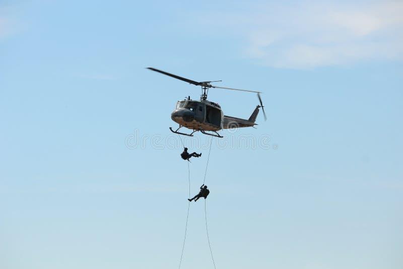 Vuelo del helicóptero en el día nacional del ` s de los niños fotografía de archivo