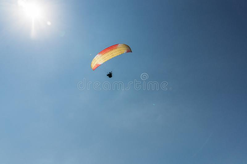 Vuelo del paracaidista en el cielo claro azul, Crimea, Ucrania, fotografía de archivo