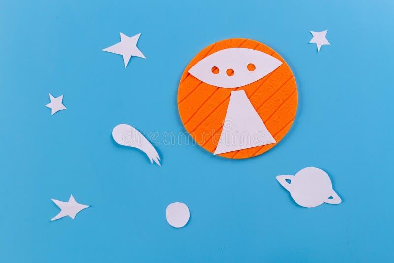 Vuelo del UFO en el cielo foto de archivo