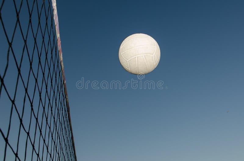 Vuelo del voleibol a través del aire fotografía de archivo
