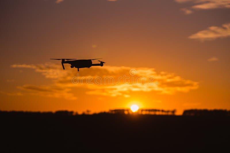 Vuelo en el cielo de la puesta del sol de la montaña con la nube, fotografía aérea del abejón de la silueta foto de archivo