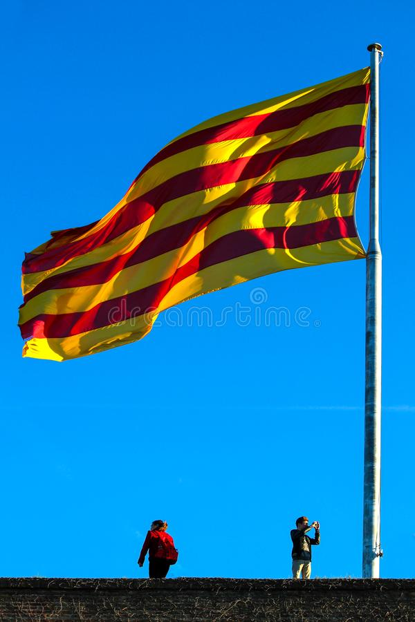 Vuelo español grande de la bandera en el top fotografía de archivo libre de regalías