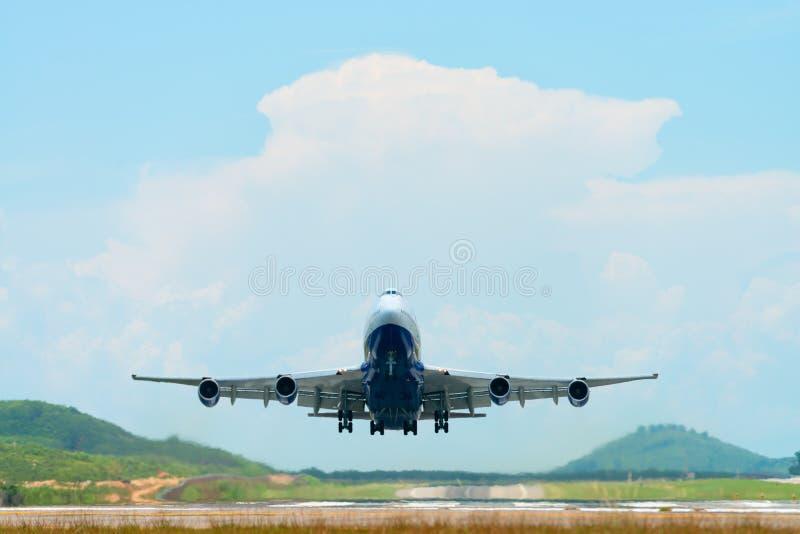 Vuelo grande del aeroplano del pasajero y lanzamiento de un aeropuerto imagen de archivo libre de regalías