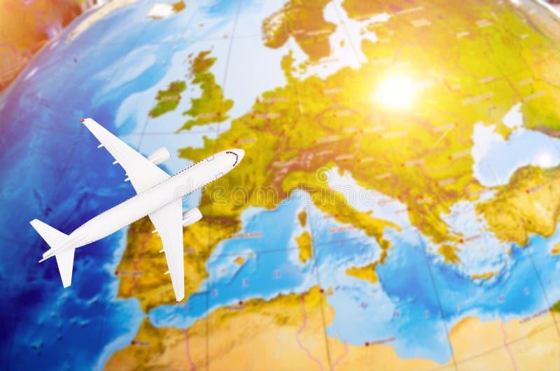 Vuelo a la imagen simbólica de Europa del viaje por el mapa plano ilustración del vector