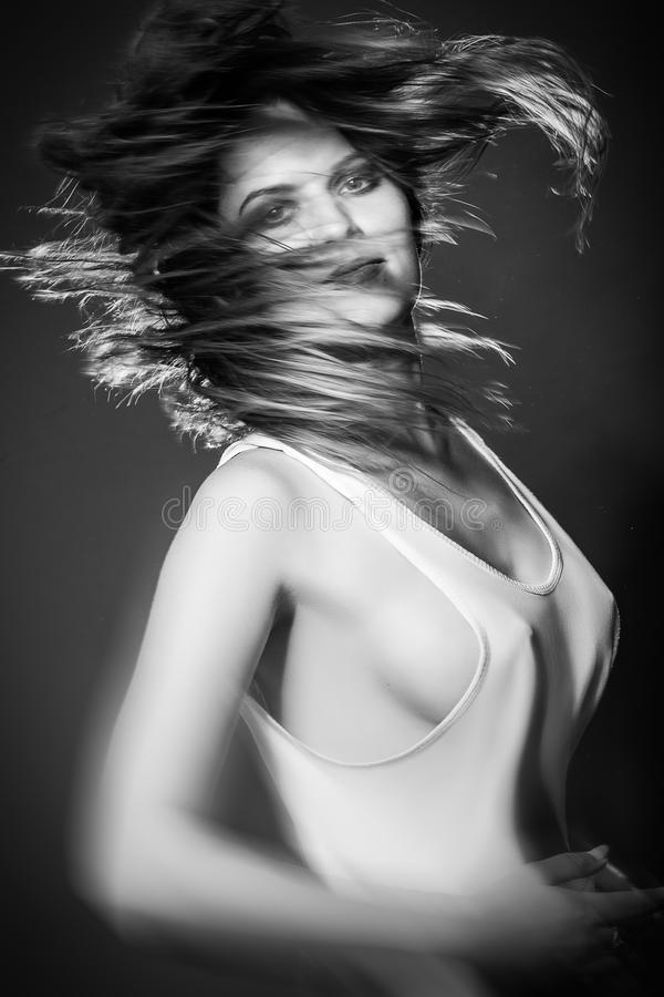 Vuelo largo del pelo en el movimiento foto de archivo