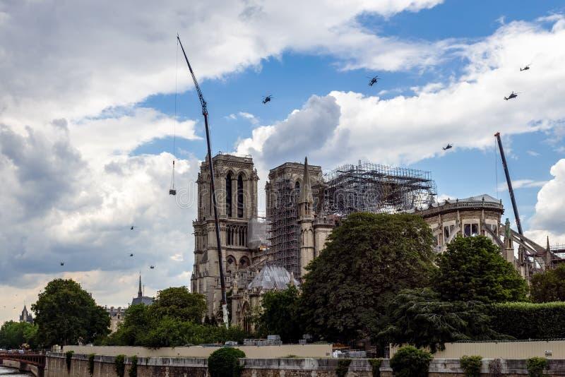 Vuelo militar francés de los helicópteros sobre Notre Dame de Paris fotografía de archivo