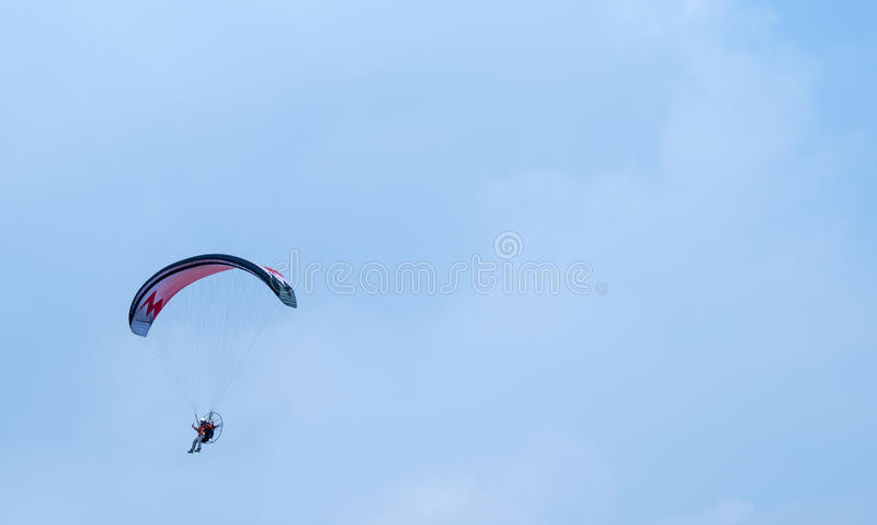 Vuelo motorizado del ala flexible en el cielo foto de archivo libre de regalías