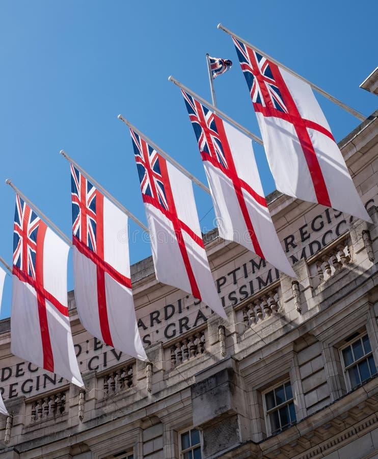 Vuelo naval británico de las banderas de la bandera blanca en el arco del Ministerio de marina entre la alameda y Trafalgar Squar imagen de archivo libre de regalías