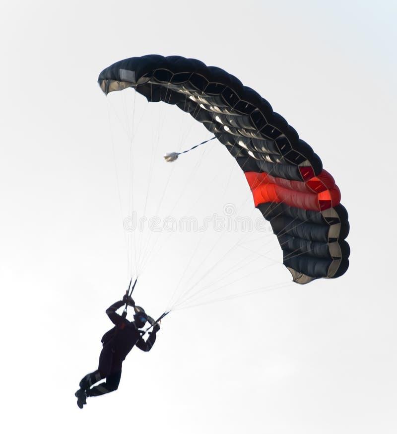 Vuelo negro del paracaídas fotografía de archivo