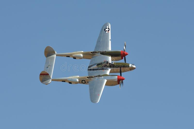 Vuelo P-38 contra el cielo azul imagen de archivo libre de regalías