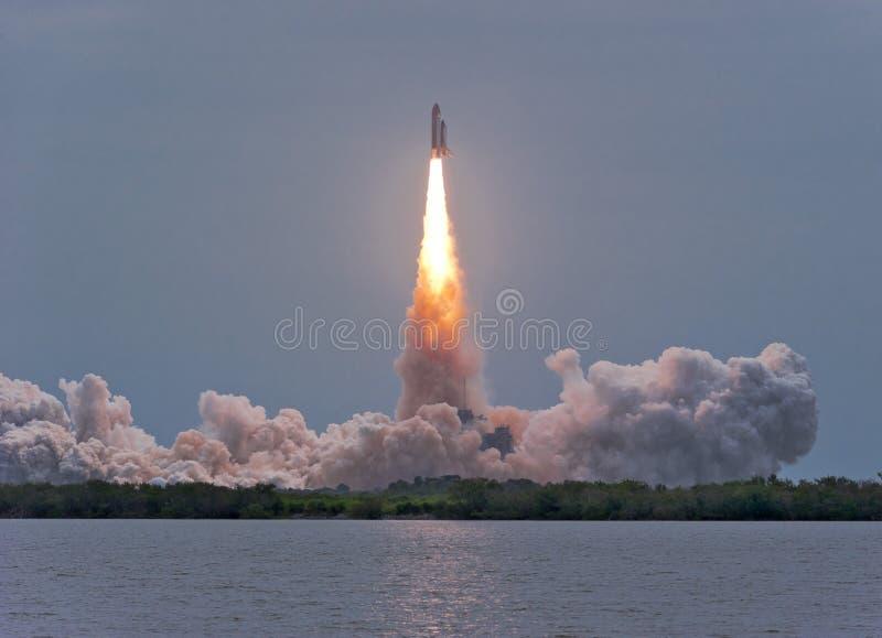 Vuelo pasado de la lanzadera de espacio Atlantis fotografía de archivo libre de regalías
