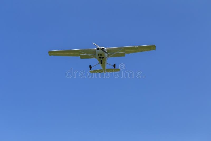 Vuelo plano de los aviones ligeros imagen de archivo