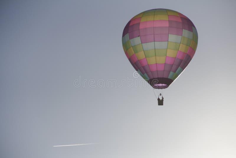 Vuelo retroiluminado del globo del aire caliente en cielo imágenes de archivo libres de regalías
