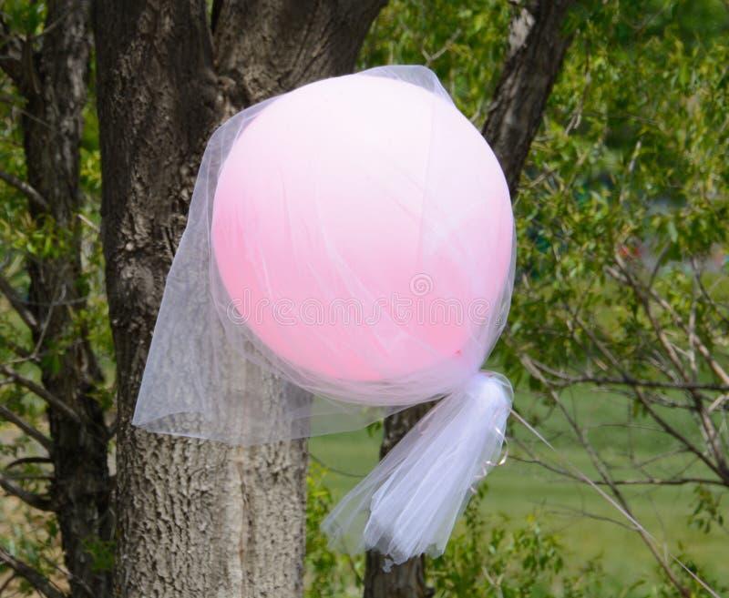 Vuelo rosado del globo a través del aire fotografía de archivo