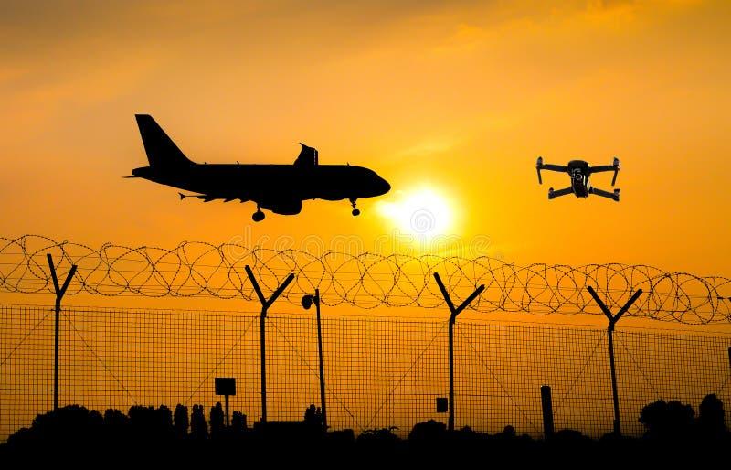 Vuelo sin tripulación del abejón sobre la valla de seguridad en el aeropuerto mientras que el aeroplano comercial se prepara para foto de archivo libre de regalías