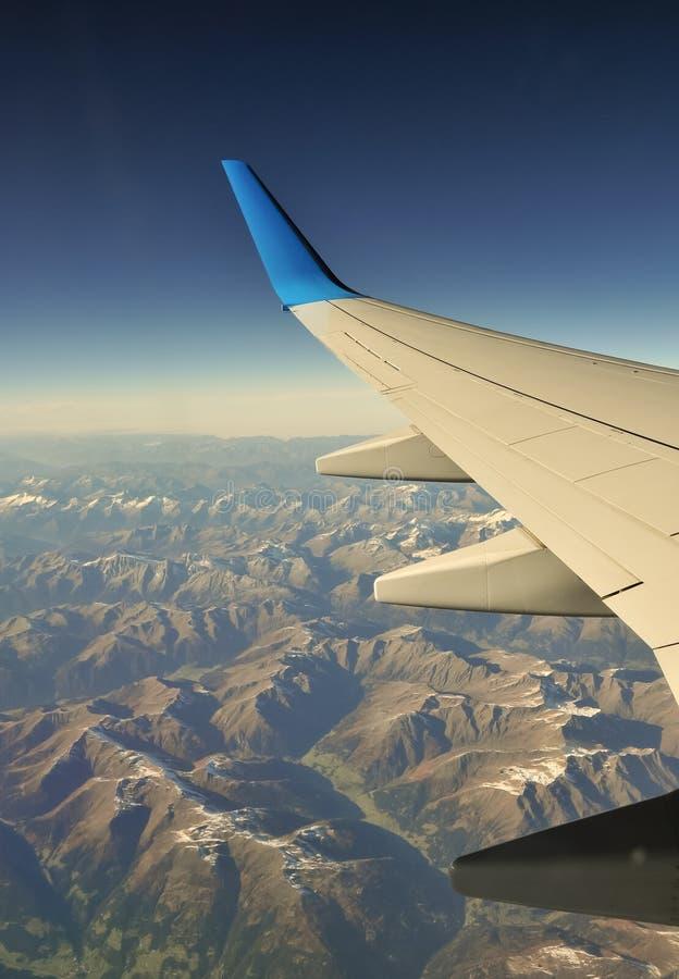 Ala plana sobre las montañas fotografía de archivo libre de regalías