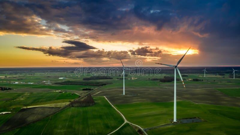 Vuelo sobre las turbinas de viento maravillosas en la oscuridad imagen de archivo