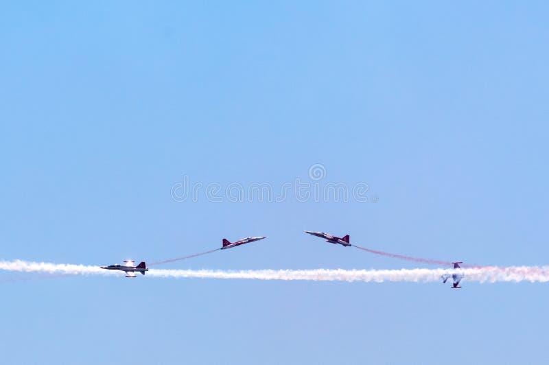 Vuelos acrobáticos demostrativos de la aviación militar turca en imagen de archivo libre de regalías