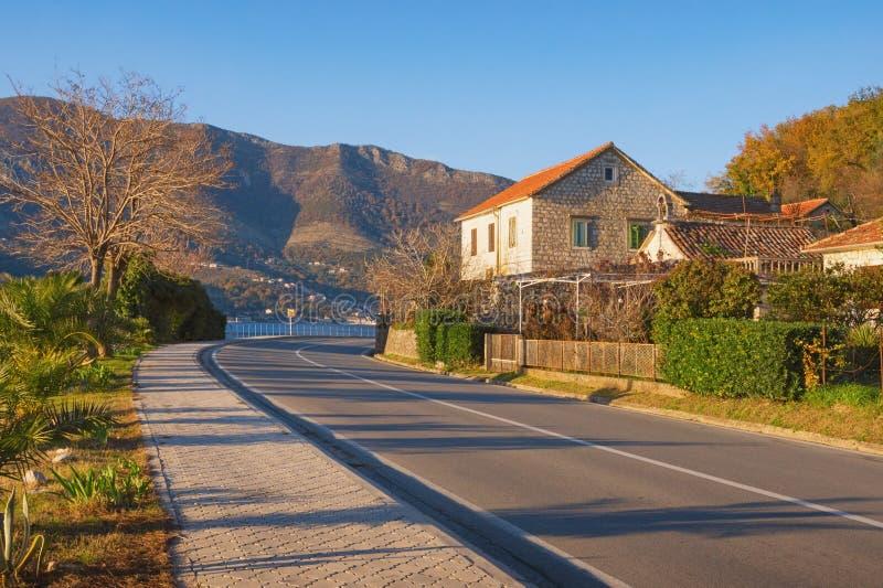 Vuelta aguda del camino Vista de la carretera adriática que corre a lo largo de la costa de la bahía de Kotor montenegro foto de archivo