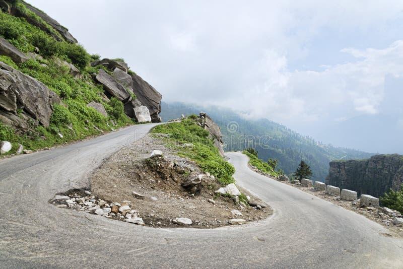 Vuelta de U en el camino de la carretera de la montaña fotografía de archivo
