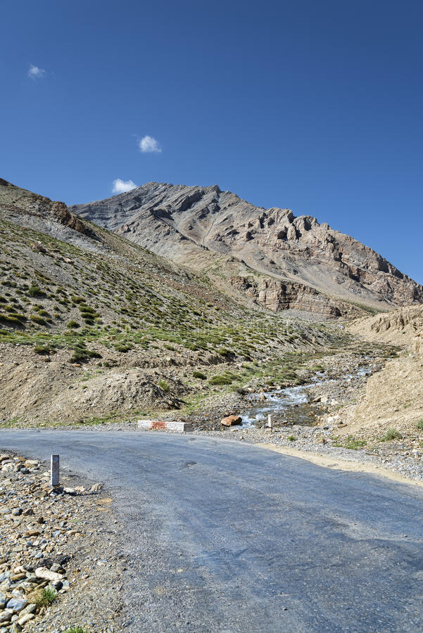 Vuelta del camino de la montaña foto de archivo libre de regalías