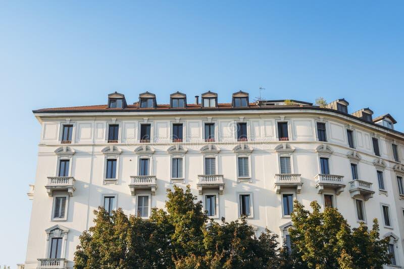 Vuelta del edificio del siglo XX en Milán fotos de archivo