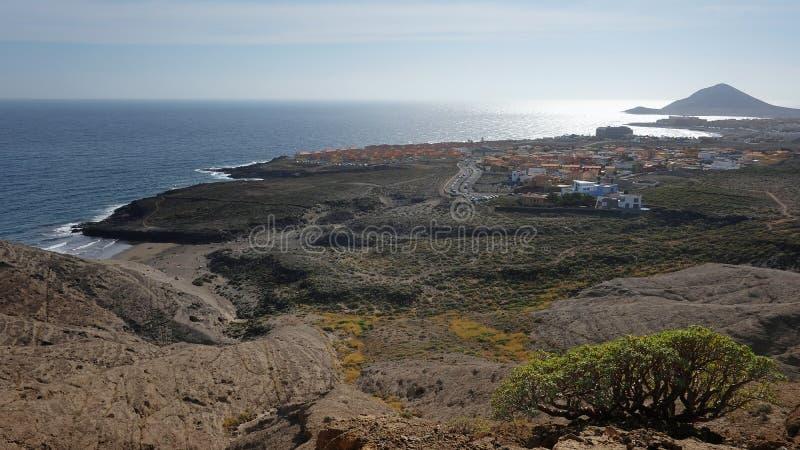 Vues élevées des owards de montagne de Pelada la ville côtière faisante de la planche à voile de l'EL Medano et avec Montana Roja photo stock