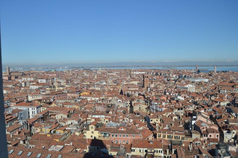 Vues aériennes de la tour de campanile sur les dessus de toit des bâtiments vénitiens de style à Venise Voyage, vacances, archite photos stock