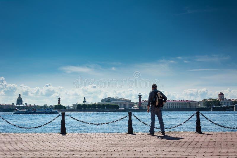 Vues admiratives de touristes de Neva River image stock