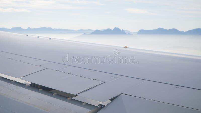 Vues au-dessus de l'aile plate sur les montagnes de Tableau en Afrique du Sud de l'avion photographie stock libre de droits