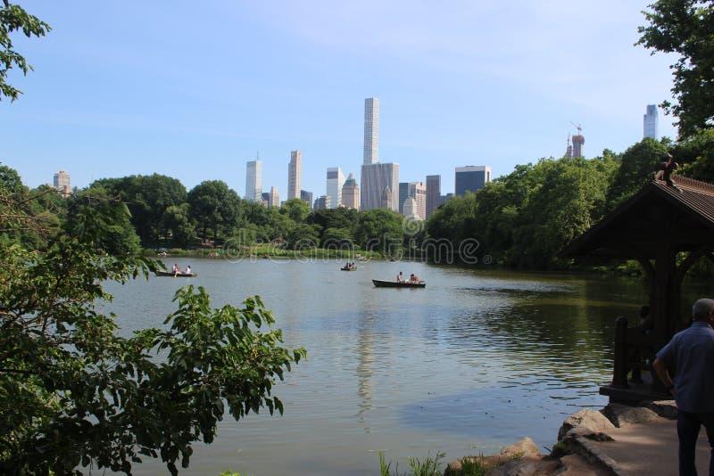 Vues classiques de New York de Central Park de lac, en été images libres de droits