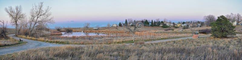 Vues de chemin de marche d'étang de Josh's, de coucher du soleil se reflétant dans Broomfield le Colorado entouré par des Catta photographie stock
