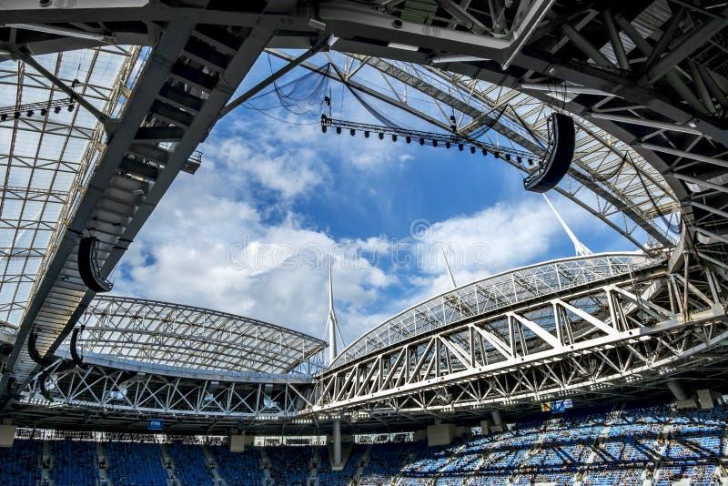 Vues de construction d'une arène coulissante i de St Petersbourg de toit photos libres de droits