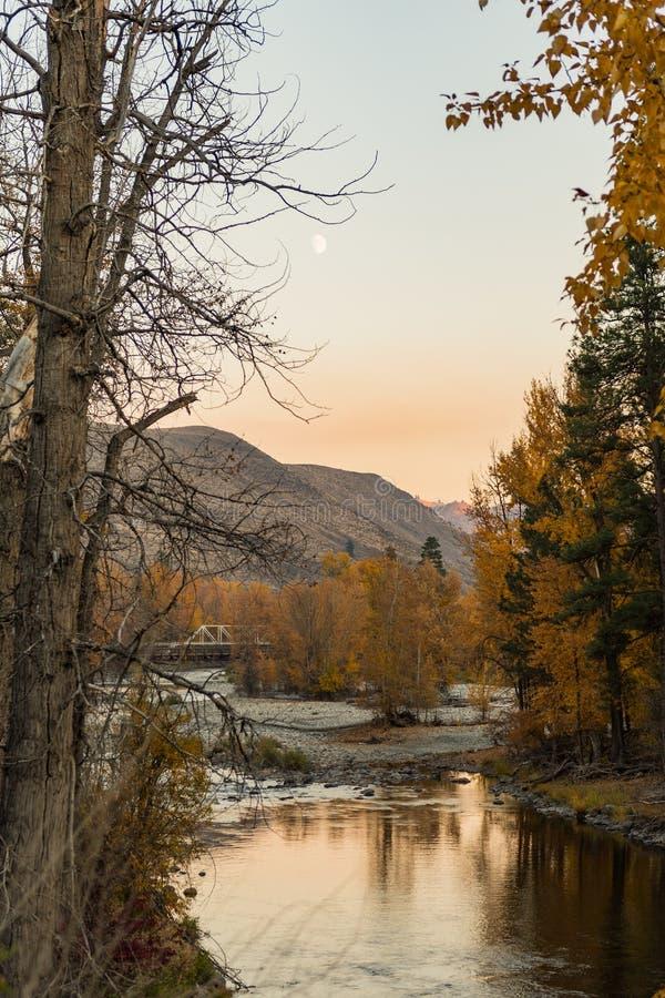 Vues de coucher du soleil de la rivière de Chewuch comme elle traverse Winthrop images stock
