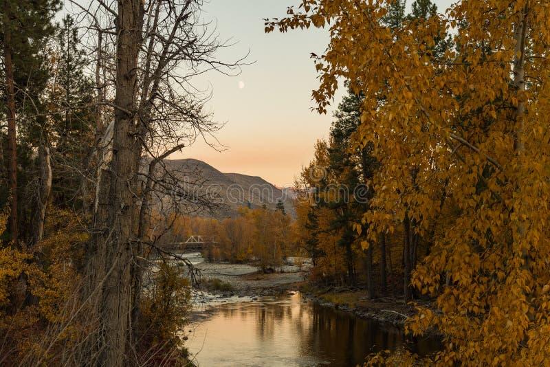 Vues de coucher du soleil de la rivière de Chewuch comme elle traverse Winthrop photos libres de droits